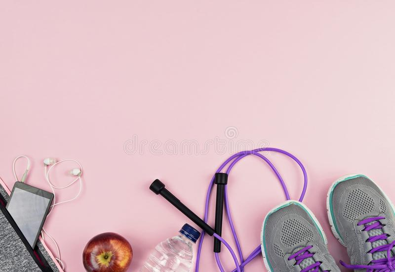 Equipamento e acessórios de esporte da aptidão no fundo cor-de-rosa imagens de stock