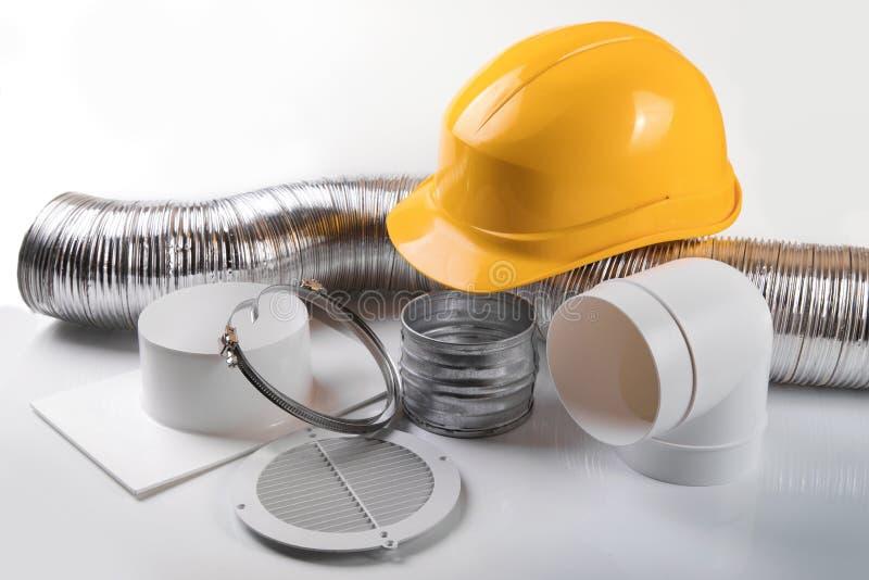 equipamento e capacete de sistema da ventilação no fundo branco imagem de stock
