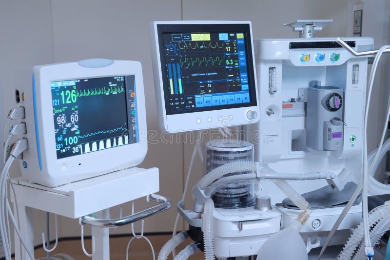 Equipamento e dispositivos médicos na sala de operações moderna fotos de stock