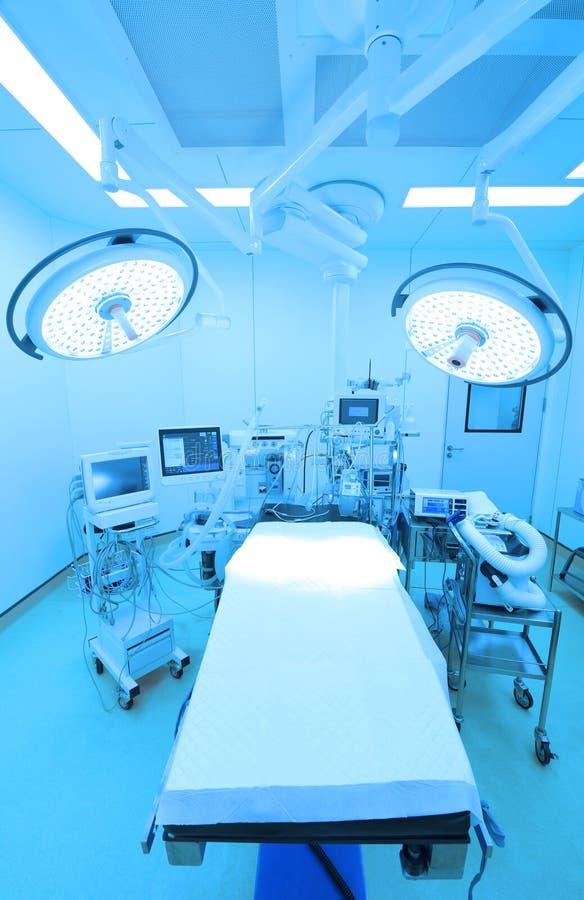 Equipamento e dispositivos médicos na sala de operações moderna imagens de stock royalty free