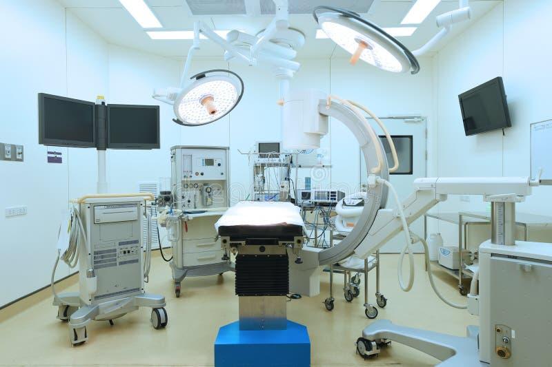 Equipamento e dispositivos médicos na sala de operações moderna foto de stock royalty free