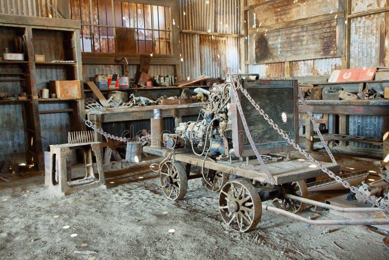 Equipamento e ferramentas velhos dentro de uma construção de Humberstone, o Chile fotografia de stock