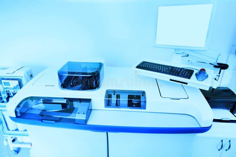 Equipamento e instrumento para a bioquímica em um laboratório moderno fotografia de stock royalty free