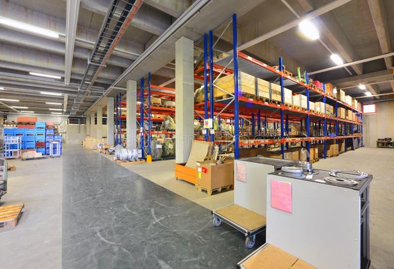Equipamento e interior de um salão industrial moderno de uma empresa foto de stock royalty free