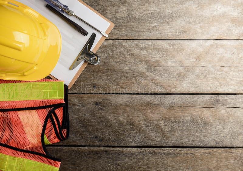 Equipamento e jogo de ferramentas de segurança no fundo de madeira fotografia de stock royalty free