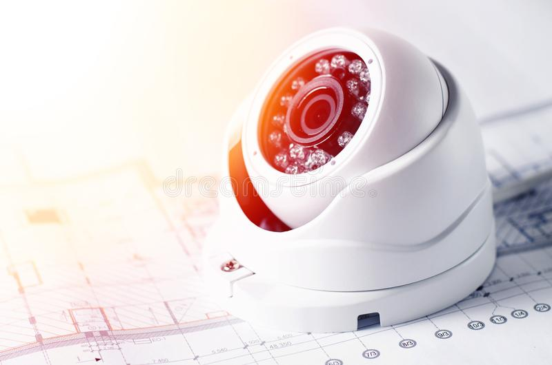Equipamento e modelo video da segurança em uma tabela Bom para o local ou a propaganda da empresa de engenharia do serviço da seg imagens de stock
