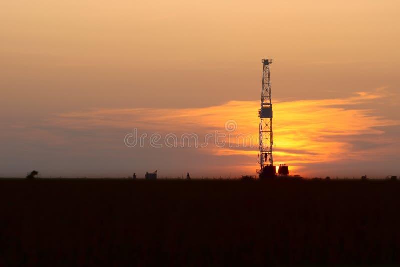 Equipamento e por do sol da perfuração para a exploração do petróleo imagens de stock royalty free