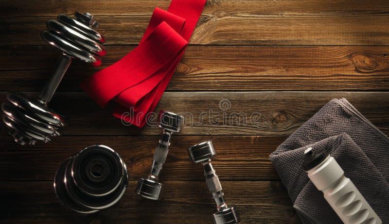 Equipamento e suplementos da aptidão da vista superior no assoalho de madeira na GY foto de stock royalty free