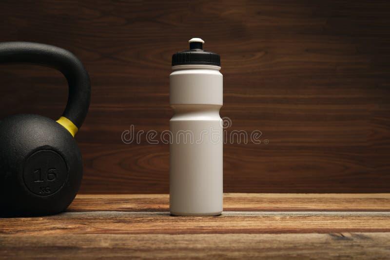 Equipamento e suplementos da aptidão no assoalho de madeira na aptidão do gym imagem de stock royalty free