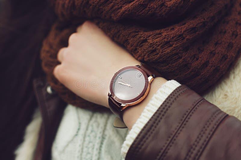 Equipamento elegante closeup Relógio de pulso de Brown disponível da mulher à moda Menina elegante na rua Fôrma fêmea imagem de stock