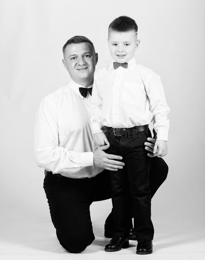 Equipamento formal da roupa do pai e do filho Cres?a acima o cavalheiro Paizinho e menino com la?os Educa??o do cavalheiro Evento fotos de stock royalty free