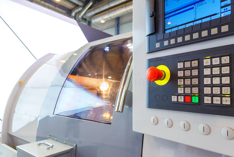 Equipamento industrial do centro de máquina da trituração do cnc na oficina da fabricação da ferramenta fotos de stock royalty free