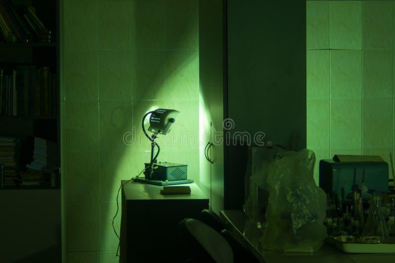 Equipamento industrial poderoso do laser do verde em um laboratório imagens de stock royalty free