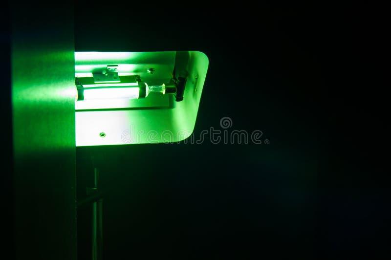 Equipamento industrial poderoso do laser do verde em um laboratório fotografia de stock