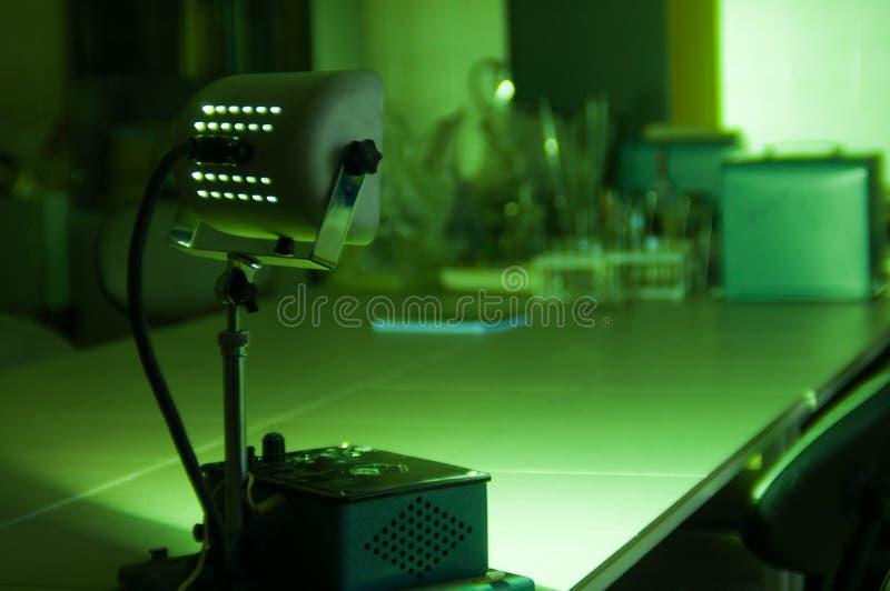 Equipamento industrial poderoso do laser do verde em um laboratório imagem de stock