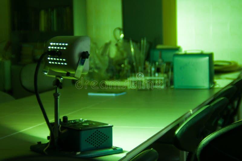 Equipamento industrial poderoso do laser do verde em um laboratório fotos de stock