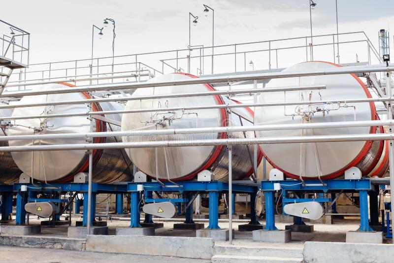 Equipamento industrial tecnologico moderno da fábrica do vinho grande fotografia de stock