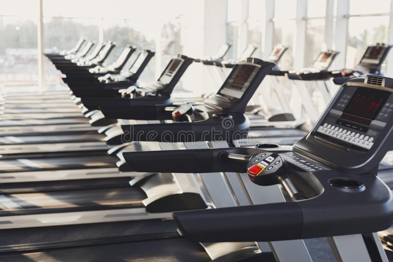 Equipamento interior do gym moderno, painéis de controle da escada rolante para o cardio- treinamento imagem de stock royalty free