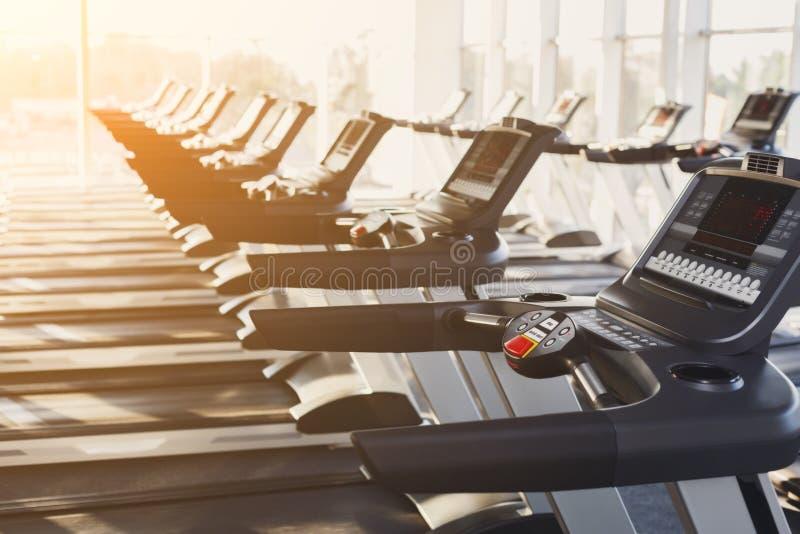 Equipamento interior do gym moderno, painéis de controle da escada rolante para o cardio- treinamento foto de stock royalty free