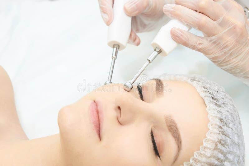 Equipamento leve da cosmetologia Anti idade e enrugamento Tratamento da medicina de Microcurrent Mulher da beleza Clínica de Sinc fotos de stock