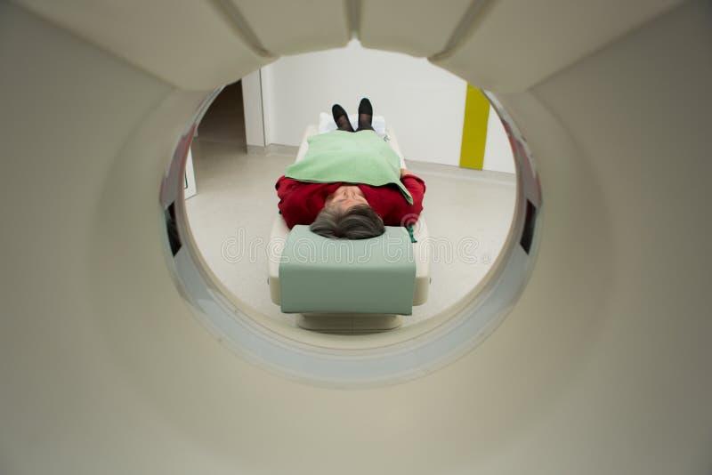 Equipamento médico, medicina do preventional e cuidados médicos modernos Varredura do tomografia de computador Paciente da mulher fotografia de stock royalty free