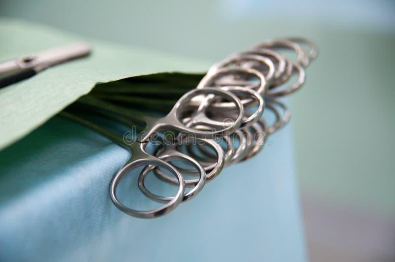 Equipamento médico, preparação para a cirurgia, grampos na tabela fotos de stock