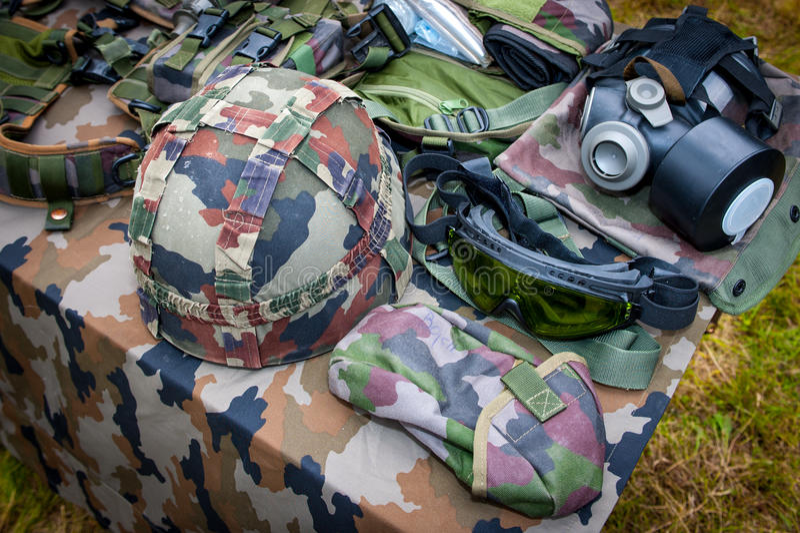 Equipamento militar básico com capacete, vidros e máscara de gás foto de stock