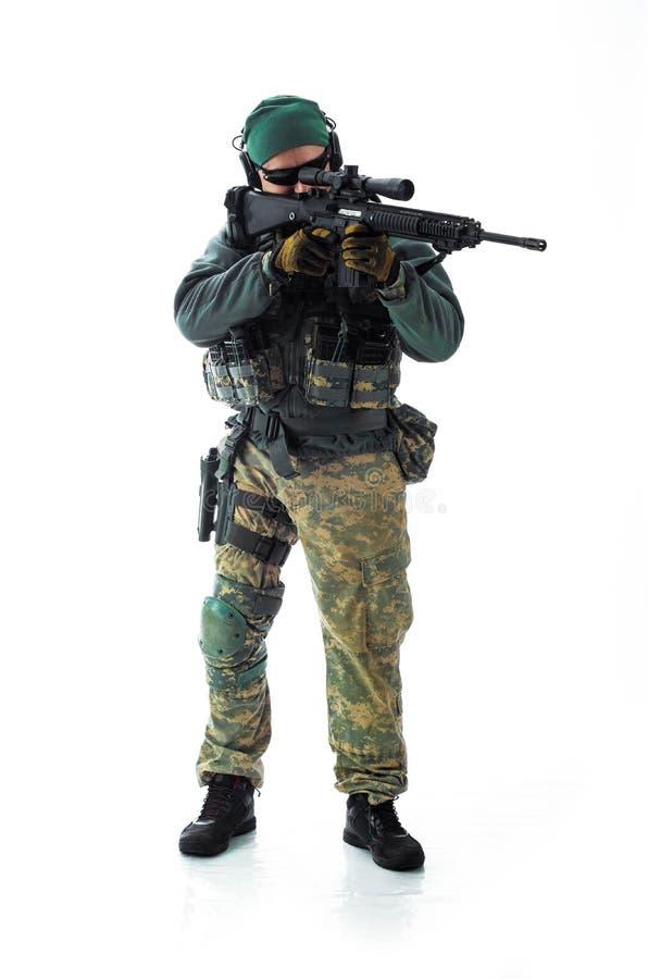 Equipamento militar do homem um soldado no tempos modernos foto de stock royalty free