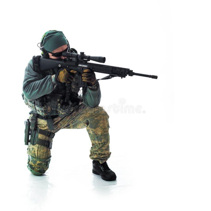 Equipamento militar do homem um soldado no tempos modernos imagens de stock