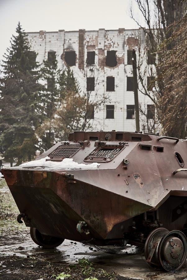Equipamento militar queimado no Donbass contra imagens de stock