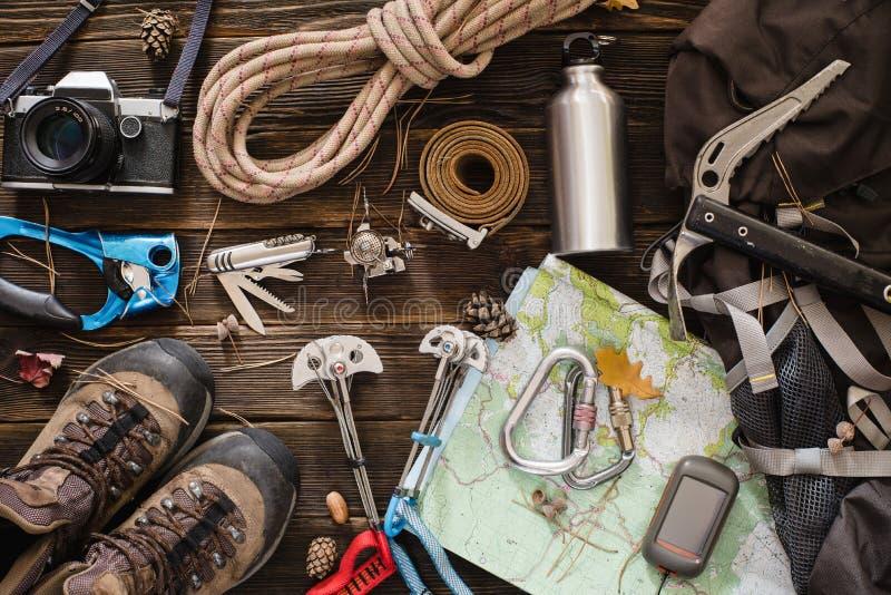 Equipamento necessário para o alpinismo e a caminhada fotos de stock
