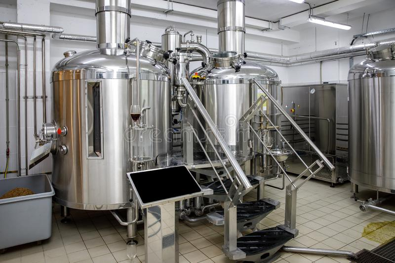 Equipamento para a cerveja da fabricação de cerveja Produção da cerveja do ofício fotos de stock royalty free