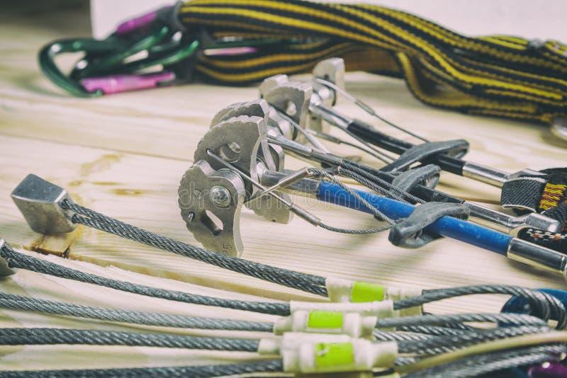 Equipamento para o alpinismo e a escalada fotos de stock