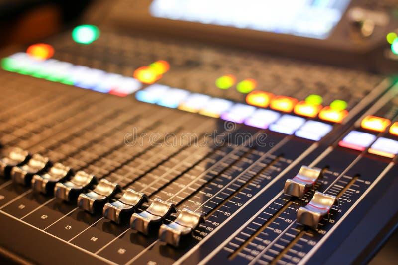 Equipamento para o controle do misturador sadio no canal de televisão do estúdio, áudio a imagem de stock