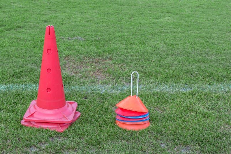 Equipamento para o treinamento do futebol no campo de treino fotos de stock