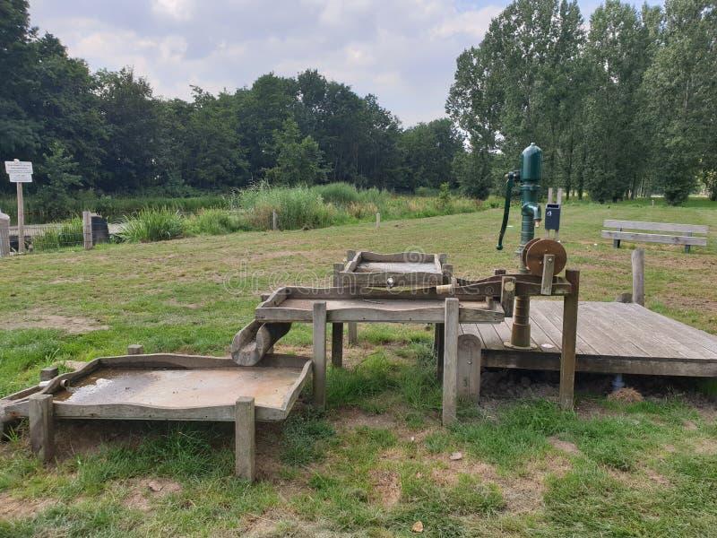 Equipamento para parques infantis de madeira para diversão em água no Parque Hitland, em Capelle aan den IJssel, Países Baixos foto de stock royalty free