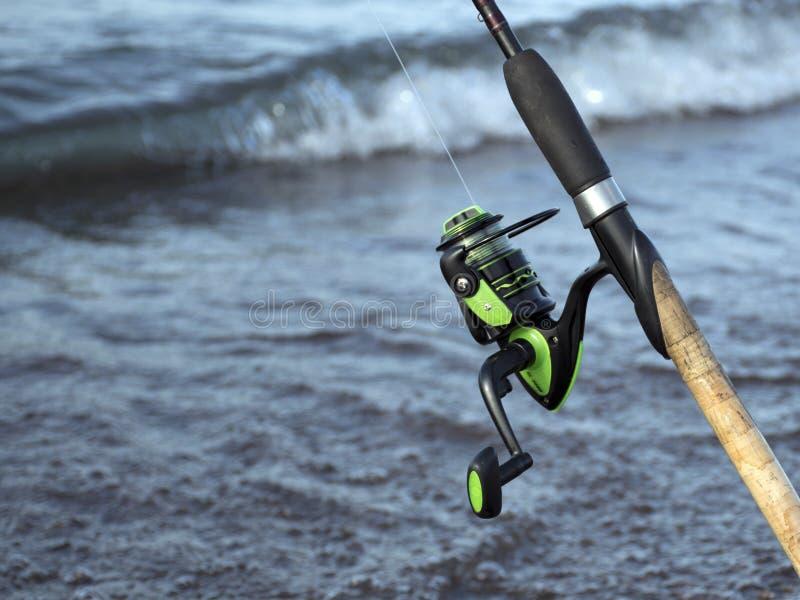 Equipamento para pescar Bobina para uma rua ou um gerencio acampar Pesca na lagoa imagens de stock royalty free