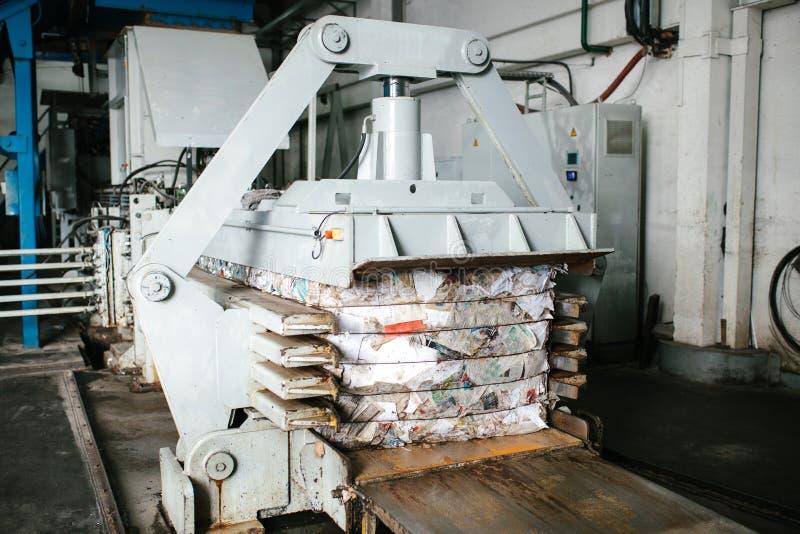 Equipamento para pressionar o desperdício do papel em uma planta de classificação do desperdício imagens de stock