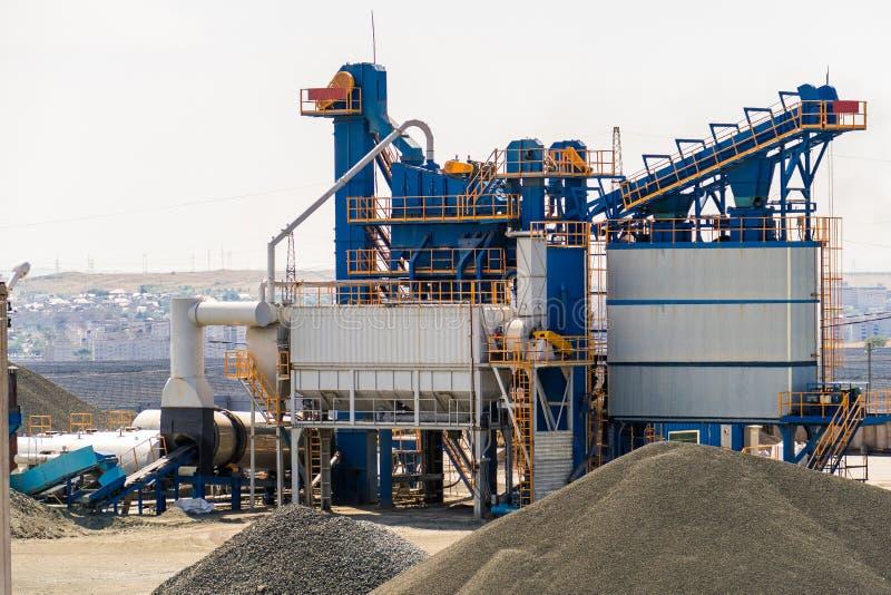 Equipamento para a produção de asfalto, de cimento e de concreto Planta concreta foto de stock royalty free