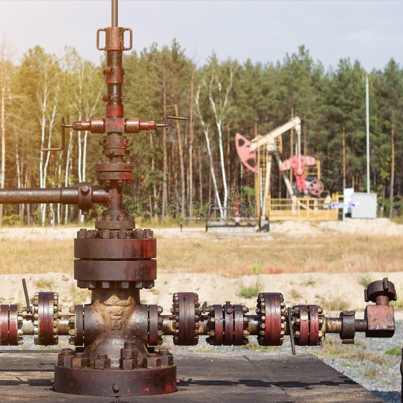 Equipamento para a produção do óleo e da gasolina, poço de produção dos produtos petrolíferos, petróleo-produzindo, indústria, en fotos de stock