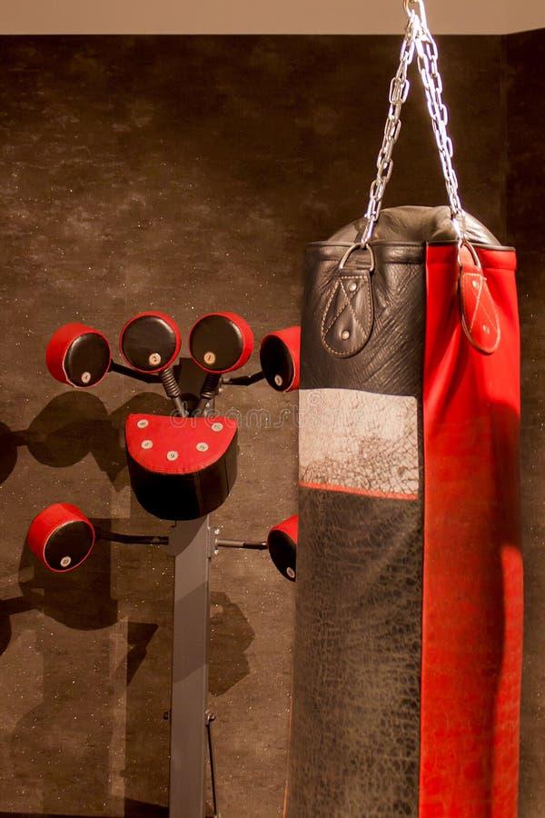 Equipamento para um pugilista no gym fotos de stock