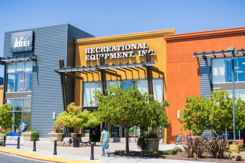 Equipamento recreacional, Inc ou REI como referido geralmente a montra fotografia de stock