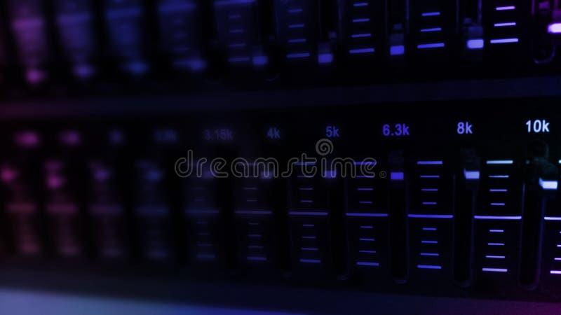 Equipamento sadio audio do equalizador no festival do partido do clube noturno do concerto imagem de stock royalty free