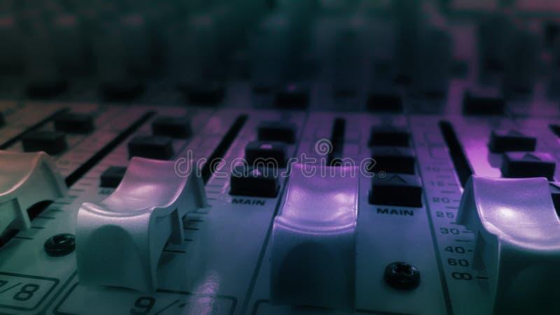 Equipamento sadio audio do equalizador no festival do partido do clube noturno do concerto fotografia de stock royalty free