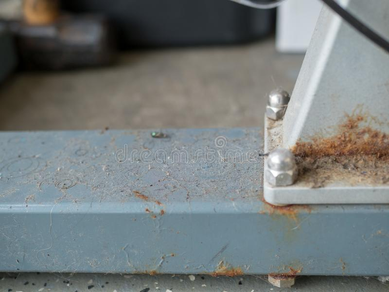 Equipamento sujo, empoeirado, oxidado do gym Necessidades de ser limpado fotografia de stock royalty free