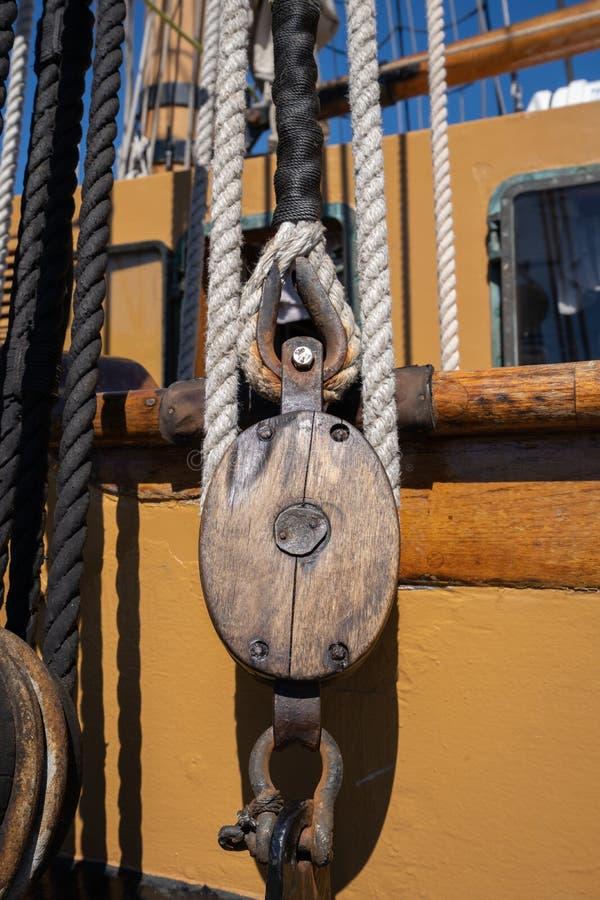 Equipamento velho do navio - corda e bloco imagem de stock