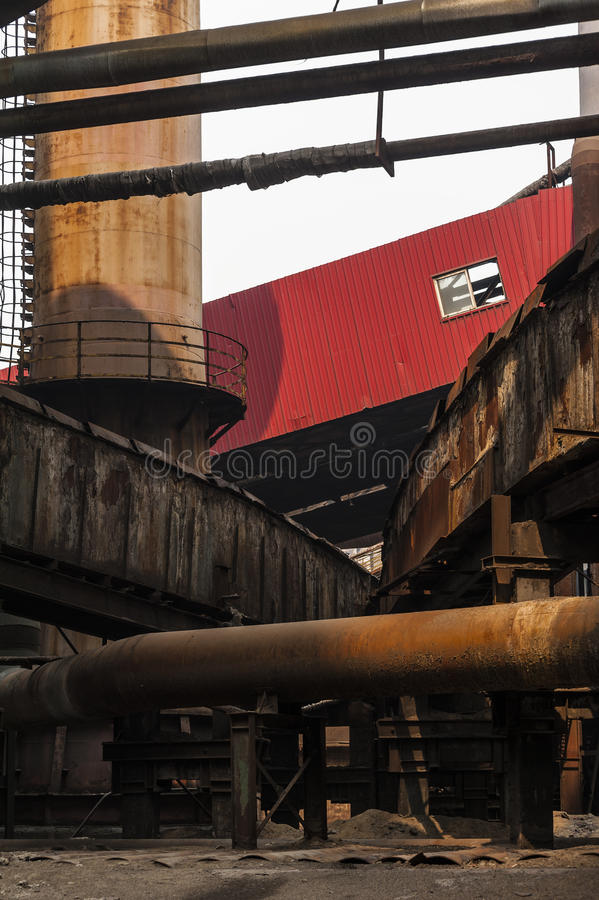 Equipamentos abandonados da fábrica de aço imagens de stock