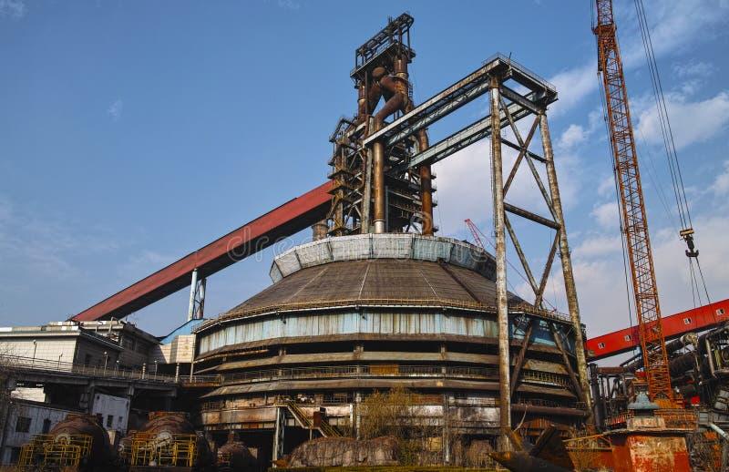 Equipamentos abandonados da fábrica de aço sob a luz do sol fotos de stock royalty free