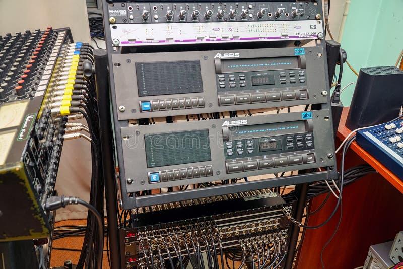 Equipamentos audio do estúdio Gravador análogo do estúdio velho foto de stock royalty free
