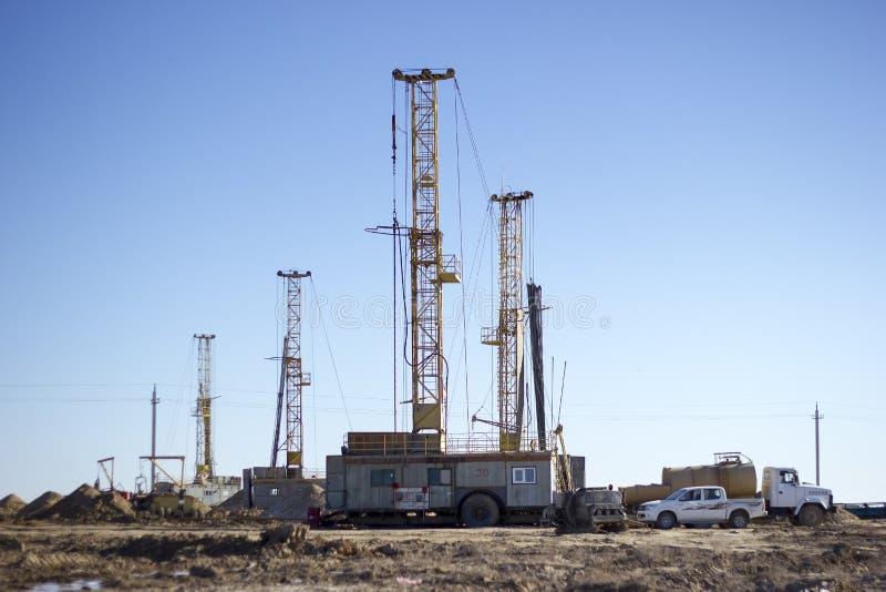 Equipamentos de perfuração que trabalham no deserto foto de stock